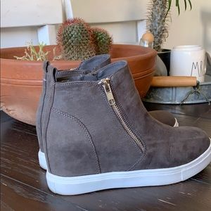 Mid ankle sneakers